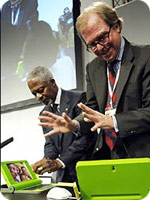 an image of Nicholas Negroponte and Kofi Annan demonstrating the OLPC laptop computer